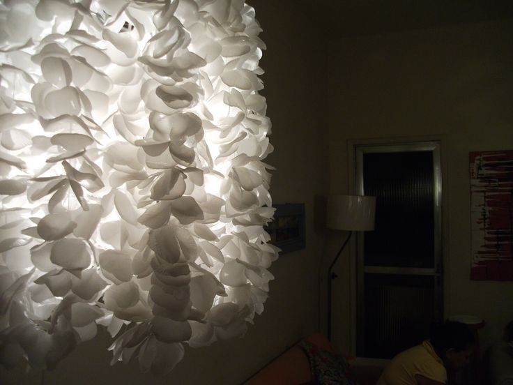 Luminária de pano. Colares havaianos reutilizados.