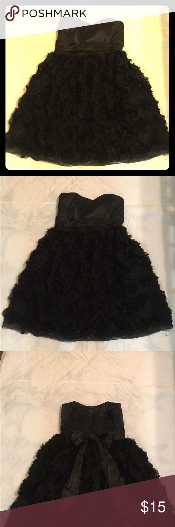Gorgeous black short formal dress This is an elegant short dress that would be great for a dance or cruise. Excellent condition! Dresses Strapless
