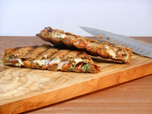Tosti Caprese - recept/recipe - Caprese grilled cheese sandwich