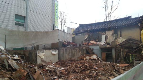 최호진(Choi,Hojin) @moderntrust / 2층한옥과 뒷편에 연결되었던 한옥이 사라집니다. 보문로에 당당한 모습으로 서있었는데..ㅠ / 서울 성북 보문 / #골목 #공사 #철거 #폐허 /  2013 04 09 /