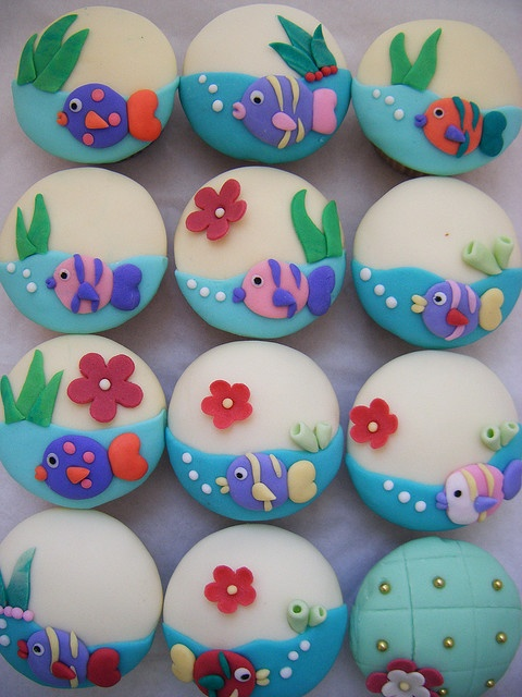 Adorable under the sea cupcakes... great idea for Cookies
