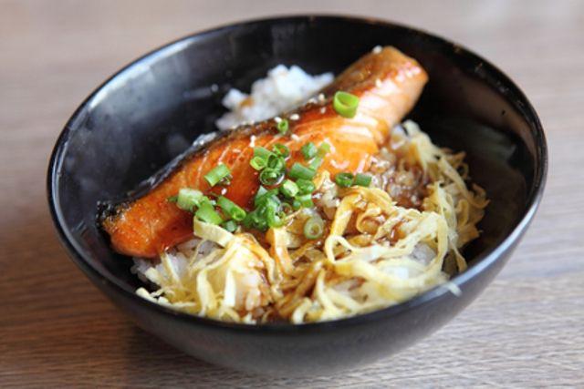 Филе лосося, запеченное в соусе терияки, азиатский салат на гарнир - отличный выбор и для повседневной кухни, и для праздника. Рецепт Уриэля Штерна (текст)