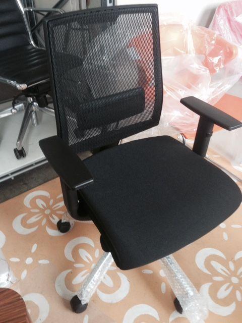 Sedia girevole - base alluminio - schienale in rete completo di supporto lombare - sedile rivestito con tessuto ignifugo - braccioli regolabili in altezza