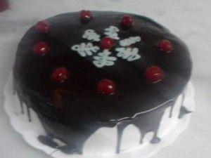 Não é segredo pra ninguém que aqui nós somos fanáticos por bolos. Fazendo uma pesquisa sobre bolos saborosos e fáceis pela internet, novamente acabei me de