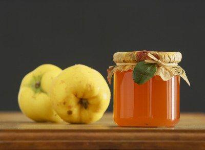 DŻEM Z PIGWY I POMARAŃCZY  Składniki:      2 kg pigwy     Sok z 3 dużych pomarańczy     3 l wody     450 g cukru żelującego 3:1   Sposób przygotowania: Z umytej i obranej pigwy wyciśnij sok. Wymieszaj go z sokiem z pomarańczy i cukrem. Całość gotuj na dużym ogniu przez ok. 3 minuty.  Dżem przelej do gorących słoików, zakręć pokrywki, postaw do góry dnem.