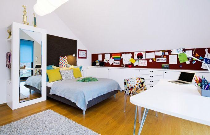 Nábytek v pokoji dcery Evy je zhotovený na zakázku podle autorského návrhu architektky Dory Kolářové. Doplňuje ho nástěnka z corklinolea (Forbo), barevná židlička Mademoiselle je značky Kartell
