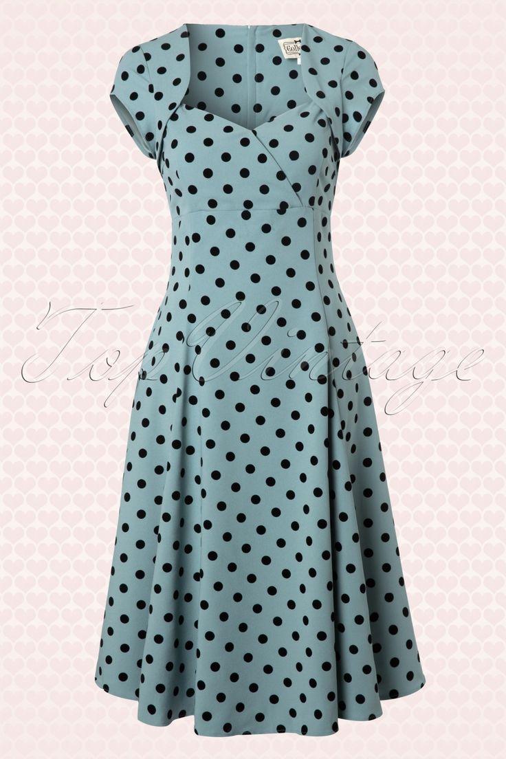 De 50s Regina Doll Polka Flock Swing Dress Dusky Blue van Collectif. Een combinatie van de populaire polkadot print en Regina jurk in één!  Prachtig aansluitende sweetheart top met vaste overslag en elegante kapmouwtjes voor een speels bolero effect. Vanaf de taille uitlopend in een volle cirkelrok die ook leuk is in combinatie met een petticoat voor een extra feestelijke look!Uitgevoerd in een mooie stevige stof met een minimale stretch en een speels zwart polkadot ...