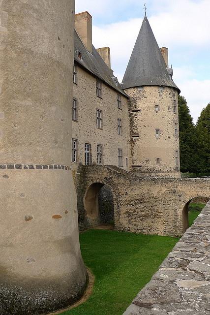 Château (XVe-XVIIe s.) de Villeneuve-Lembron (Puy-de-Dôme, France) by Denis Trente-Huittessan, via Flickr