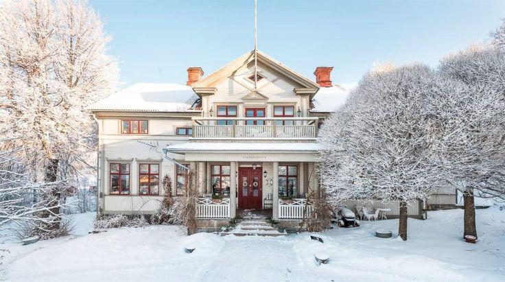 Stort sekelskifteshus med sjöutsikt och bevarade originaldetaljer. Här är ett riktigt drömhus utanför Falun i Dalarna. Nu ligger det ute till försäljning på Hemnet. Prislappen? 4,2 miljoner kronor.