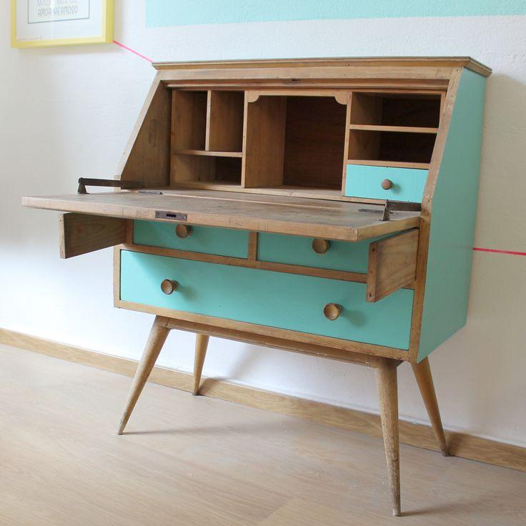 Mueble secreter antiguo de los años 70, de madera maciza, restaurado con detalles en verde agua.