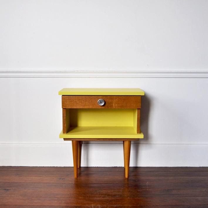 Chevet 60' en bois avec tiroir, repeint en jaune sixties.