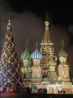 GLI ALBERI DI NATALE PIÙ BELLI DEL MONDO.  MOSCA, RUSSIA, PIAZZA ROSSA, CATTEDRALE SAN BASILIO