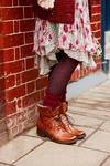 Dieser braune Mortimer Liz Damenstiefel in rustikalem Look vereint Robustheit mit feinsten Materialien. Das italienische Leder und die Fellfütterung machen diesen Stiefel ideal für den lässigen Auftritt in der kalten Jahreszeit. #HW12