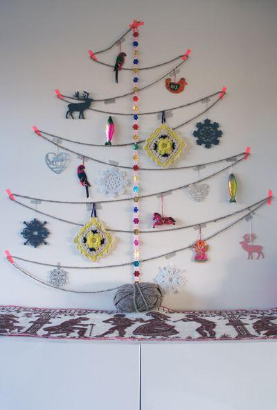 Bolletje wol kerstboom. Leuke manier en alternatief voor een kerstboom om kleine werkjes van de kinderen of eigengemaakte kerstballen op te hangen. Je kan de boom zo groot maken als je wilt.