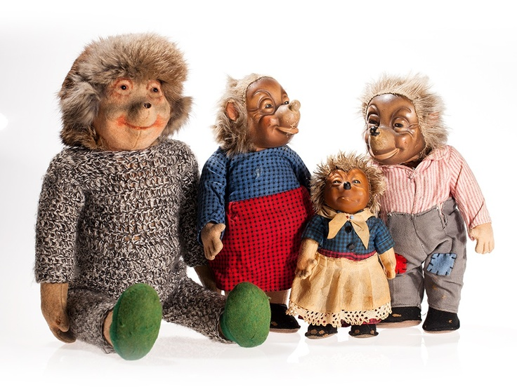 Who does not remember the exciting stories of Mecki, Micki and their friends? This is a great set for all Mecki enthusiasts. It includes two Mecki and two Micki doll in different sizes, four of which by the Steiff company.