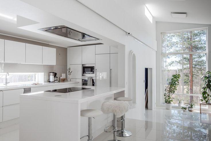Valoisa ja moderni keittiö saarekkeella