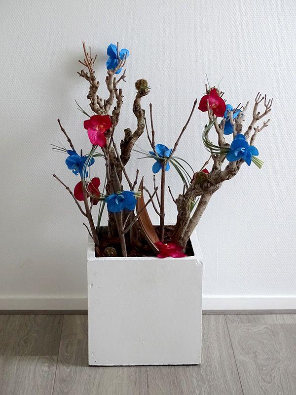 Vrolijke kunstbloemen als decoratie voor restaurant Taverne de Kade in Grou