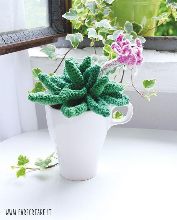 Scopri quanto è facile realizzare questa pianta grassa a uncinetto con un fiore rosa #petaloso. Qui trovi la spiegazione della scuola di amigurumi online.