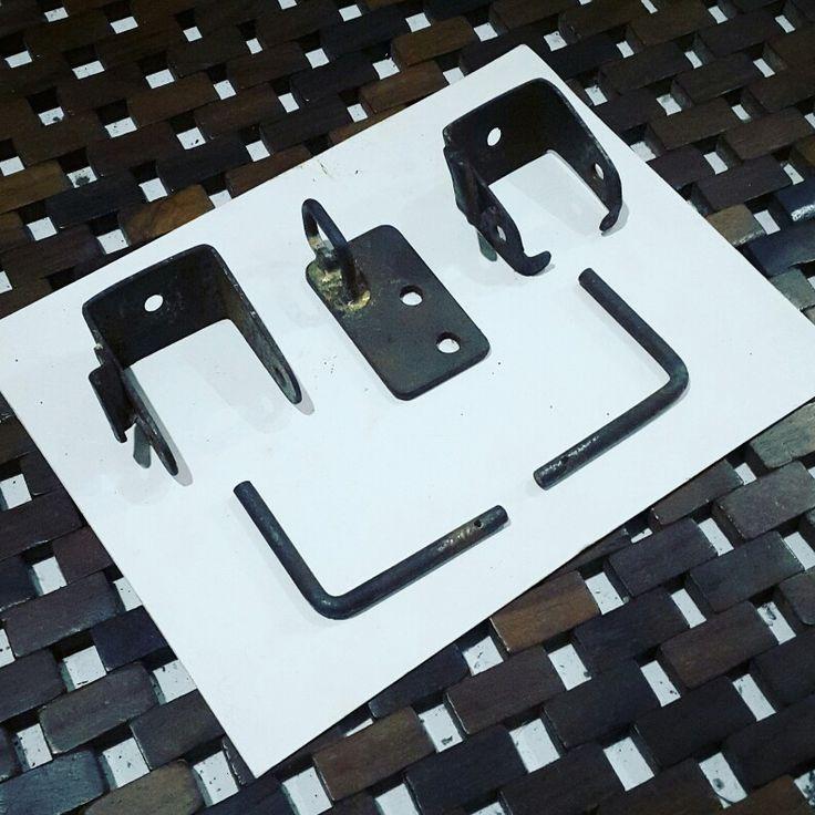 Engsel Jok Binter Merzy Nih pengganti engsel jok yg udah pada rusak, komplit sama pengait kunci jok #bintermerzy #binter #merzy #kz200 #sparepart #part #sukucadang #accesoriesmotor #motorcycle #accesories #stock #jogja #pengganti #substitusi #repro