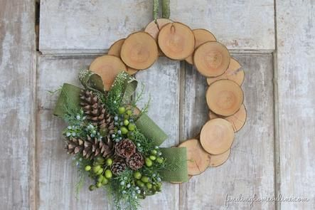 How rustic and unique! Wood Slice & Burlap #Christmas Wreath. #DIY