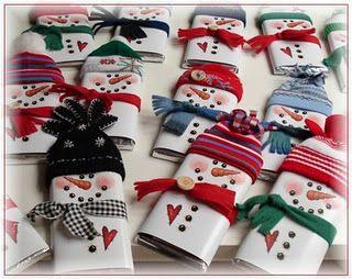 Sneeuwman om een reep chocolade - muts en sjaal gemaakt van vilt , versier met knopen of andere embellishments om het geheel nog leuker te maken. Kijk voor vilt eens op http://www.bijviltenzo.nl