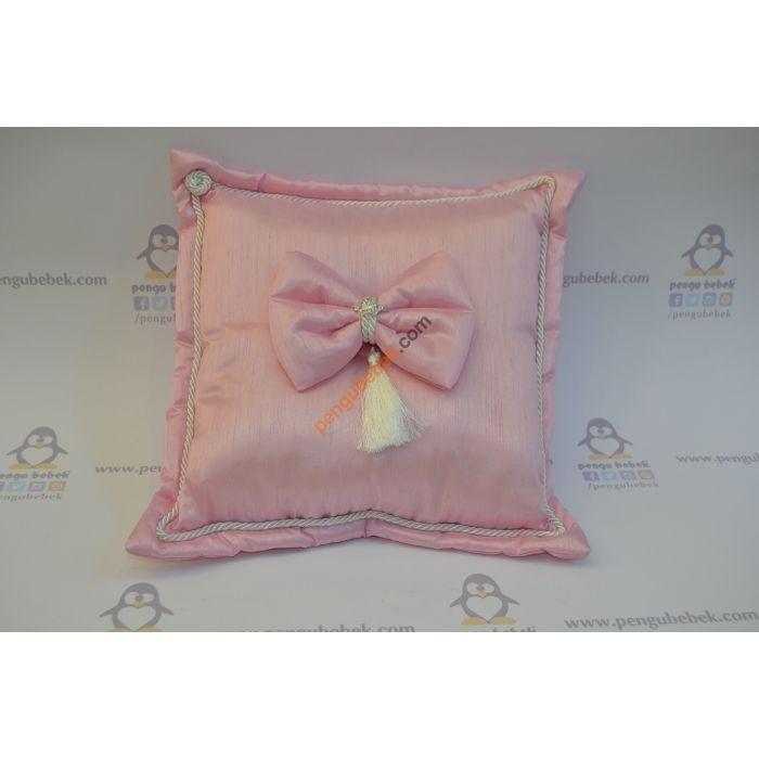 Pembe Takı Yastığı, Şeker pembesi parlak kumaş kaplı bu tatlı yastığı kocaman şık bir fiyonk, minik taşlı bir prenses tacı ve püskülle süsleyerek sizin ve bebeğiniz için el emeğiyle özel olarak ürettik. Pengu Bebek
