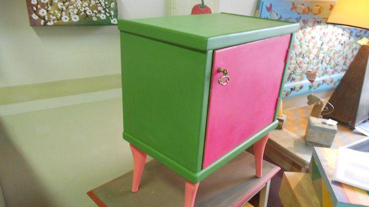 comodino dipinto due toni di rosa e verde