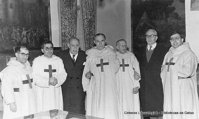 De izquierda a derecha, el P. Secundino, P. Félix,  Isusi, P. J. Redentor, P. Serapio, J. Aranoa, y el P. Eusebio (Colección Trinitarios de Algorta) (ref. 01602)