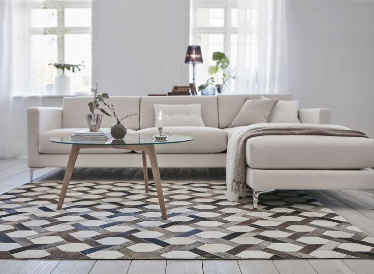 Exklusiv handsydd koskinnsmatta och vår lyxigaste soffa NEW YORK. För ett subtilt stilrent vardagsrum som håller den klassiska stilen år efter år.