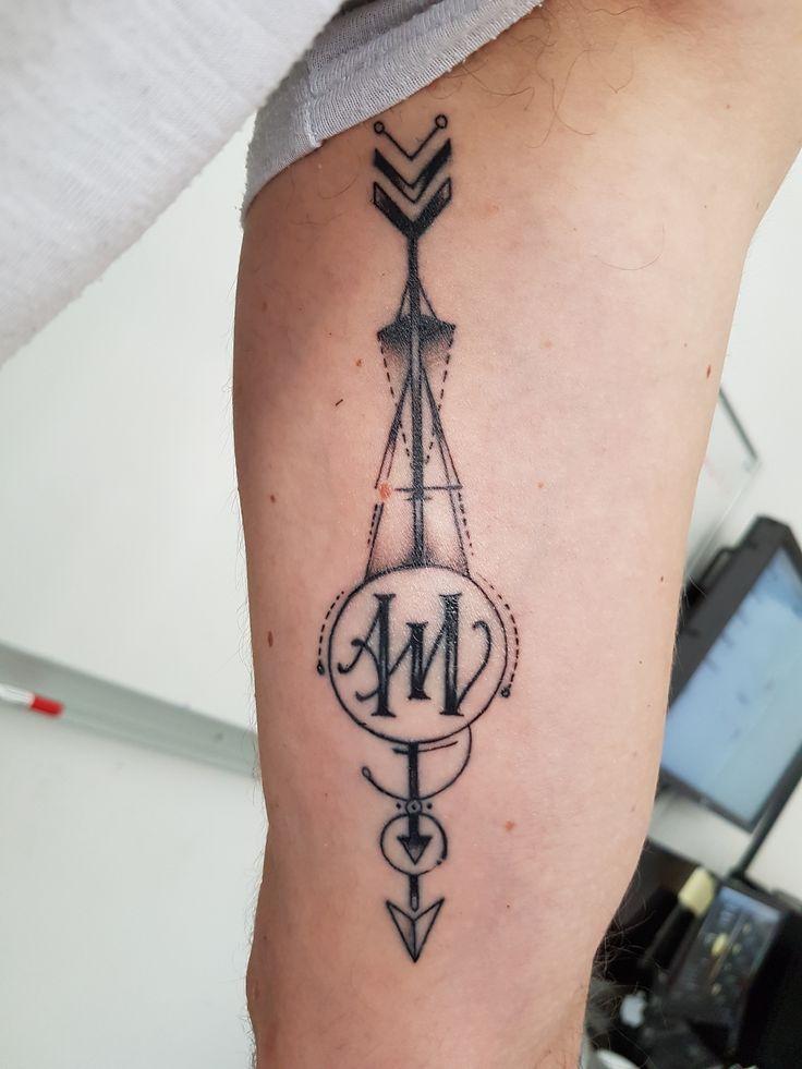 Tatouage Flèche géométrique avec lettrage A et M à l'intérieur du bras gauche ( Tattoo arrow geometric, lettering A and M ). Photo datant de 7 jours après le tatouage, réalisé chez Popink Tattoo Marseille France par Bastien. #tattoo #arrow #geometric #tatouage #fleche #geometrique