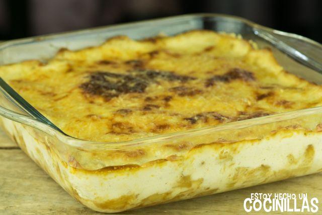 Cómo preparar bacalhau com natas, o gratin de bacalao a la portuguesa, con patats fritas y una bechamel enriquecida con el agua de cocción. Receta fácil.