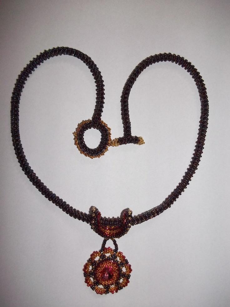 Colier realizat din margele Toho, Myiuki si un cristal Zwarovski de 14 mm