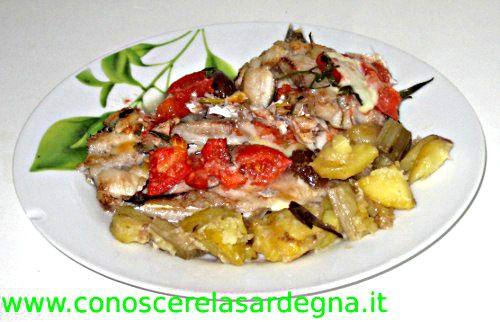 Cucina sarda: Merluzzo al forno, ricetta secondi piatti di mare Sardegna, ingredienti, merluzzo, in sardo Pisci incànu, pomodori, olive verdi sarde, pecorino grattugiato, prezzemolo, aglio, cucinare, preparare, servire - www.conoscerelasardegna.it