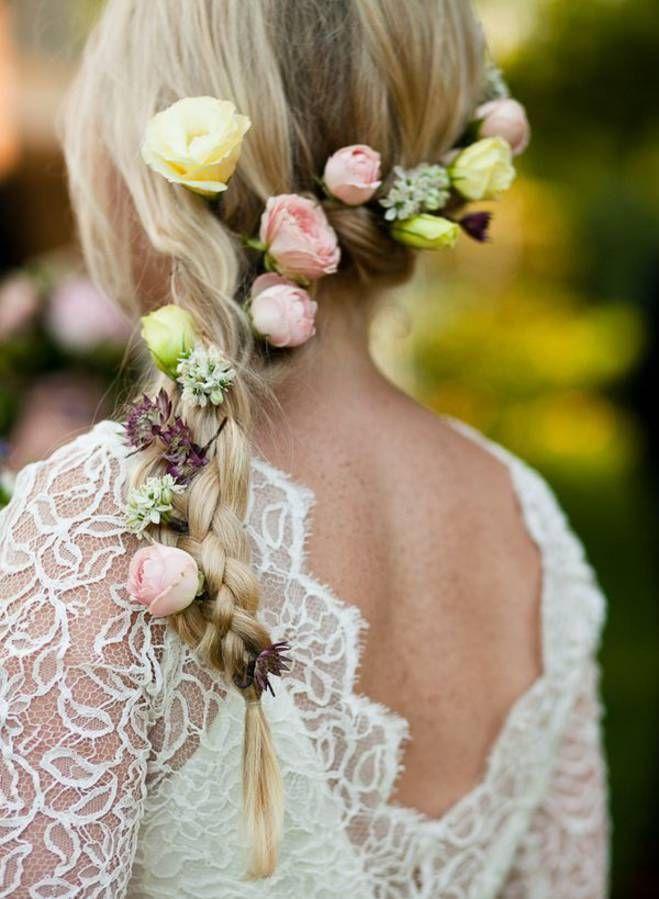 Des fleurs jaunes et roses dans les cheveux