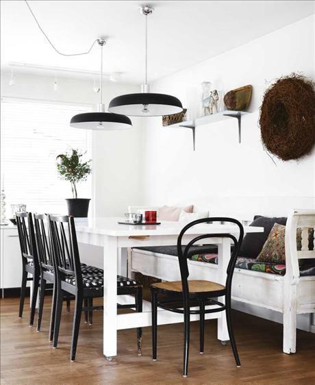 Från Sköna Hem: Matbordet är ett ommålat Norden från Ikea. Stolar och köksoffa fanns på en antikmarknad i holländska...