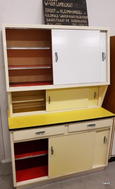 HXBXD 179x120x54 cm  Leuke vintage wit met gele buffetkast super in combinatie met keuken van Piet Zwart. Terug naar de rock en roll tijd, wij worden blij van dit soort kasten.  Uit 2 delen hoogte van de onderkast is 82 cm.
