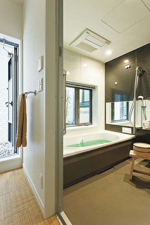 バスコートの緑が眺められる共用の浴室