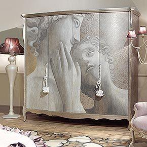 LIBERTY L.246 H.230 P.70 cm</br> _Armadio Liberty 4 ante in legno, finitura foglia argento tortora, cat. C, con decoro amore e psiche e nappe</br> _Tappeto fascia Noblesse