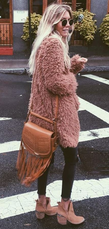 winter boho chic outfit / fur coat + bag + skinnies + wester boots