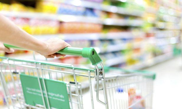 Segurança alimentar das compras até casa. Os cuidados de segurança alimentar começam logo quando vai às compras e continuam até chegar a casa e começa a arrumá-los.