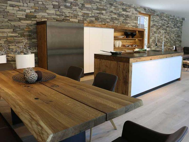 Altholzküche mit einem Massivholztisch. Dekor Steinwand in Kombination mit einem grauen Fußboden #Fliesen.