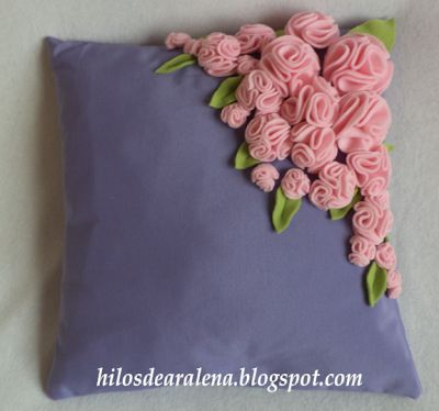 Almohadón con rosas de fieltro paso a paso, facilisimo.com