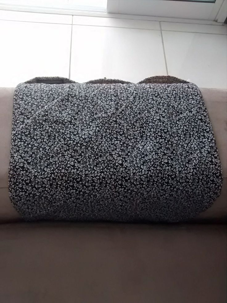 Porta Controle Remoto.  Feito em tecido 100% algodão estruturado com manta acrílica.  Contém 3 bolsos.  Pode ser utilizado na lateral da cama.