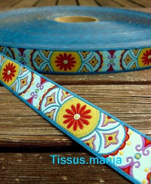 Ruban farbenmix tissé avec des motifs graphiques    Largeur:15mm      Polyester pur, certifiés Oeko Tex 100    Vendu au metre.      En cas d'achats