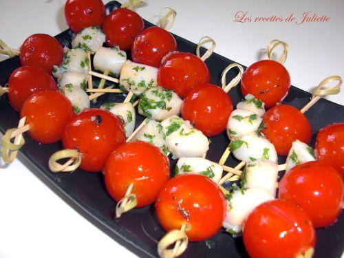 Une petite recette haute en couleurs et en saveurs pour l'apéritif ! Ingrédients, pour 15 mini-brochettes : - 15 tomates cerise - 15 noix de pétoncle (ou 15 petites noix de St Jacques) - 2 gousses d'ail - Quelques branches de persil et de basilic frais...