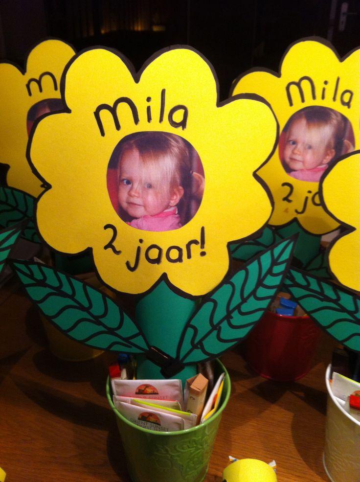 Traktatie verjaardag (voor de juf): Bloem van een keukenrol en papier. Bloempotje gevuld met thee en chocolaatjes om de bloem overeind te houden. Voorkant