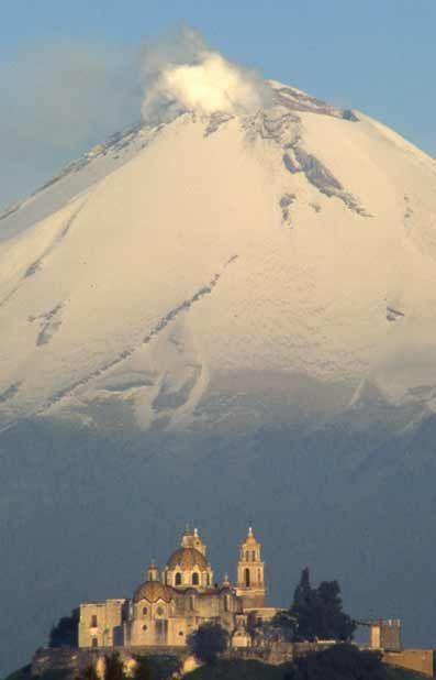 El volcán Popocatépetl y una iglesia en Cholula Puebla
