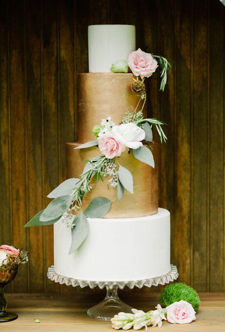 Bruidstaart met twee metallic gouden lagen.