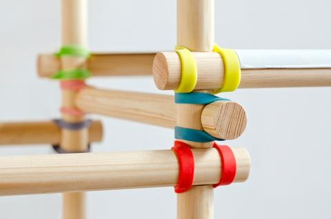 Gummitwist Shelving Site is in dutch?  Fun light shelving idea for a playroom though!  Diy from dowels & strong rubberbands then use for stuffed animal scaffolding or magazine ladder.