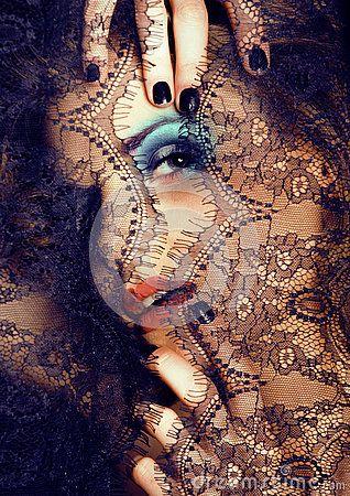 Портрет молодой женщины красоты с помощью кружева закрыть MISTERY макияж
